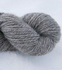 Lys grått totråds garn av grå trøndersau. 130 NOK