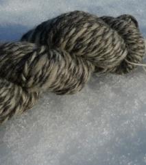 Tykt trøndergarn, melert. Garnet varierer mye i farge, og vi fremstå med tilfeldige striper i strikketøyet. Spennende! 130 NOK