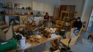 Intenst arbeid under spinnekurset! Vi spant på gamlemåten fra kardetuller, og vi prøvde forgarn, rett fra ullfellen og mange andre spinnemåter. Deltagerne fikk med seg både garn og kunnskap hjem.