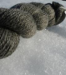 Totråds garn av blåsvart pelssauull. P.nr. 4-5. 130 NOK