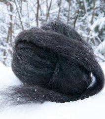 Kardebånd for toving og nålefilting. Mørk ull fra grå trøndersau. Vasket og kardet. Inneholder 40g. 65 NOK