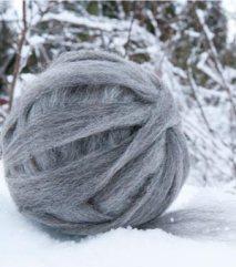 Kardebånd av ull fra grå trønder-sau. Inneholder 40g. 65 NOK