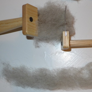 For å få det litt kjemmede preget som vi ser i garnet som er brukt i lendbrekjortelen, bruker jeg ullkanner. Det ble sannsynligvis også brukt i jernalederen når de skulle spinne ull på håndten.
